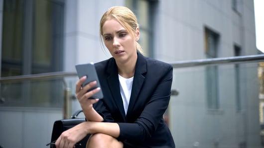 Femme d'affaire avec un téléphone à la main