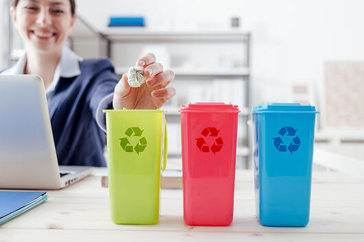Employé triant ses déchets au bureau