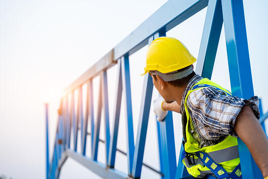 Ingénieur portant un équipement de sécurité pour travailler en hauteur
